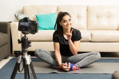 Frau, die Eignungsrat auf ihrem vlog gibt Stockfoto