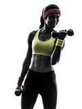 Frau, die Eignungstrainingsgewichts-Trainingsschattenbild ausübt Stockfotografie