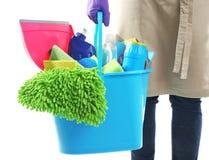 Frau, die Eimer mit Reinigungsprodukten und -werkzeugen hält Lizenzfreie Stockbilder