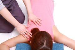 Frau, die ein Arm massage  erhält stockbild