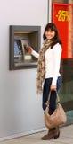 Frau, die ein ATM verwendet Lizenzfreie Stockfotografie