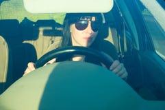 Frau, die ein Auto antreibt lizenzfreie stockfotografie