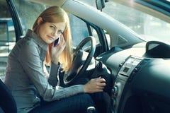 Frau, die ein Auto antreibt Stockbild