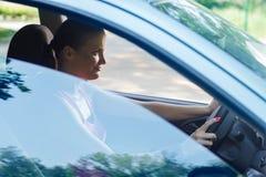 Frau, die ein Auto antreibt stockfoto