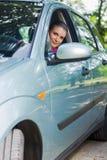 Frau, die ein Auto antreibt lizenzfreie stockfotos