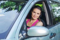 Frau, die ein Auto antreibt stockbilder