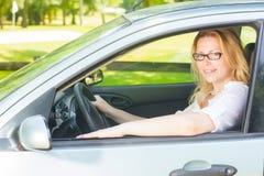 Frau, die ein Auto antreibt stockfotografie
