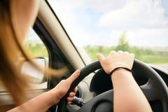 Frau, die ein Auto antreibt Lizenzfreies Stockfoto