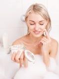 Frau, die ein Bad nimmt Stockbilder