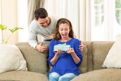 Frau, die ein Überraschungsgeschenk empfängt Lizenzfreies Stockbild