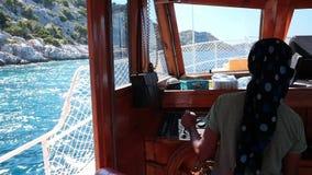 Frau, die ein Boot im Meer fährt stock footage