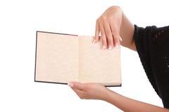 Frau, die ein Buch öffnet Stockfoto
