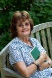 Frau, die ein Buch anhält Lizenzfreie Stockfotos