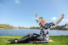 Frau, die ein Buch in einem Park liest Stockfoto