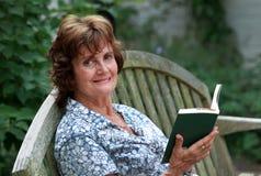 Frau, die ein Buch geöffnet anhält Lizenzfreies Stockfoto