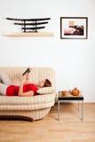 Frau, die ein Buch liegt und liest Lizenzfreie Stockbilder