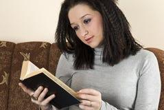 Frau, die ein Buch liest Lizenzfreie Stockbilder