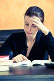 Frau, die ein Buch liest stockfotografie