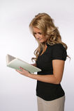 Frau, die ein Buch liest Lizenzfreies Stockbild