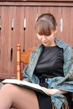 Frau, die ein Buch liest Stockbild