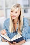 Frau, die ein Buch sich entspannt und liest Stockfotos