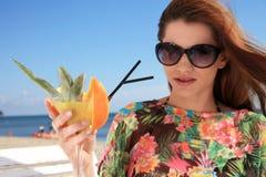 Junge Frau, die auf dem Strand stillsteht Lizenzfreies Stockbild