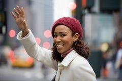 Frau, die ein Fahrerhaus hagelt Lizenzfreie Stockfotografie