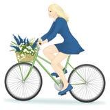 Frau, die ein Fahrrad im Hintergrund reitet Stockbilder
