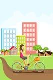 Frau, die ein Fahrrad reitet Lizenzfreie Stockfotos