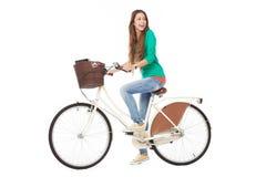 Frau, die ein Fahrrad reitet Stockfotos