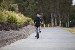 Frau, die ein Fahrrad reitet stockfoto