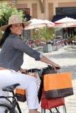 Frau, die ein Fahrrad reitet lizenzfreie stockfotografie