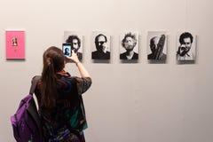 Frau, die ein Foto bei Miart 2014 in Mailand macht Lizenzfreie Stockfotografie
