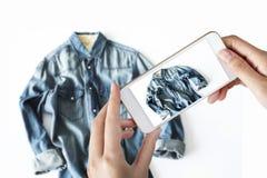 Frau, die ein Foto eines Baumwollstoffhemdes macht stockbild