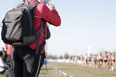 Frau, die ein Foto einiger Läufer macht Lizenzfreies Stockbild