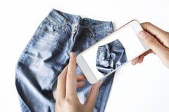 Frau, die ein Foto von Blue Jeans macht stockfoto