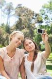 Frau, die ein Foto von und von einem Freund macht Stockfoto
