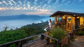 Frau, die ein Foto zum Morgennebel bei Phu Lang Ka, Phayao in Thailand macht Stockfotos
