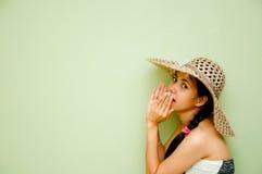 Frau, die ein Geheimnis erklärt Lizenzfreies Stockfoto