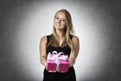 Frau, die ein Geschenk anhält Stockfotos