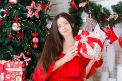 Frau, die ein Geschenk anhält stockfotografie