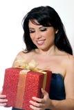 Frau, die ein Geschenk anhält. Stockbild