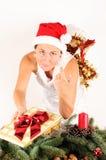 Frau, die ein Geschenk gibt Stockbilder