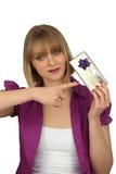 Frau, die ein Geschenk hält Lizenzfreie Stockbilder