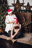 Frau, die ein Geschenk ihrem Ehemann darstellt lizenzfreies stockbild