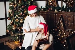 Frau, die ein Geschenk ihrem Ehemann darstellt stockbild