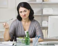 Frau, die ein geschmackloses Mittagessen isst Stockfotos