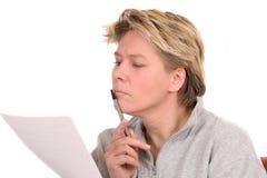 Frau, die ein gesetzliches Dokument liest Stockbilder