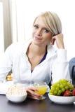 Frau, die ein gesundes Frühstück isst Stockfoto