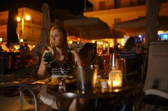Frau, die ein Getränk in der Kneipe oder im Restaurant genießt stockbild